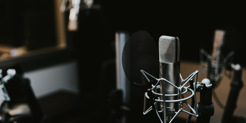 """2020 był rokiem podcastów. Jest jeszcze czas, żebywskoczyć dopociągu """"treści audio"""" izarabiać"""