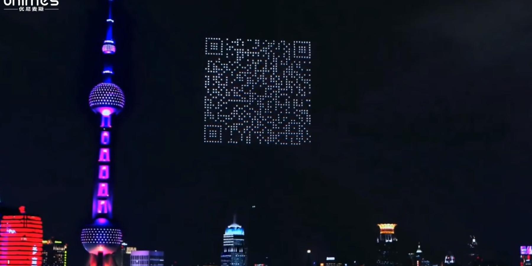 Olbrzymi kod QR, logo marki czyzarys chodzącego człowieka. TakChińczycy wykorzystują drony domarketingu