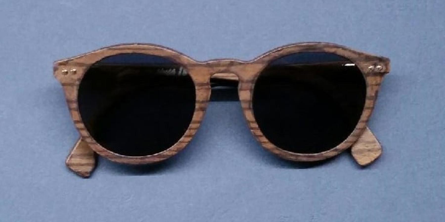 Jego firma stolarska miała tradycję od1840 roku. Dziś Sylwan Chlebowski pozostaje naemeryturze irzeźbi wdrewnie… okulary