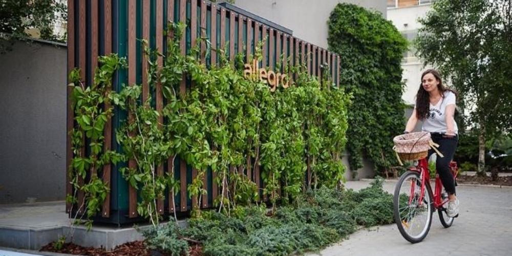 Allegro stawia zielone automaty paczkowe irozmawia zaktywistami miejskimi iekspertami