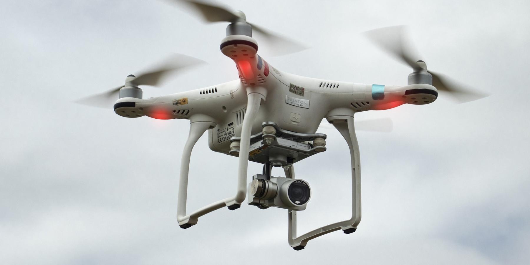 Dron latający nadgłowami klientów, będzie zliczał towary napółkach