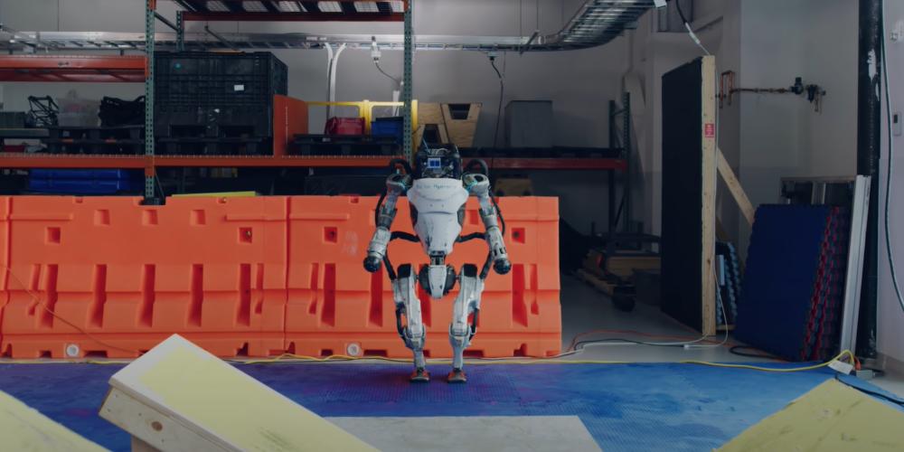 Roboty Boston Dynamics znów zaskakują. Atlas pokonuje tor parkour